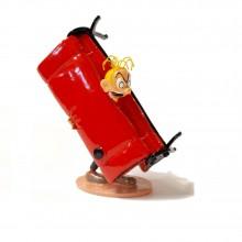 Figurine Pixi Fantasio coincé dans son canapé